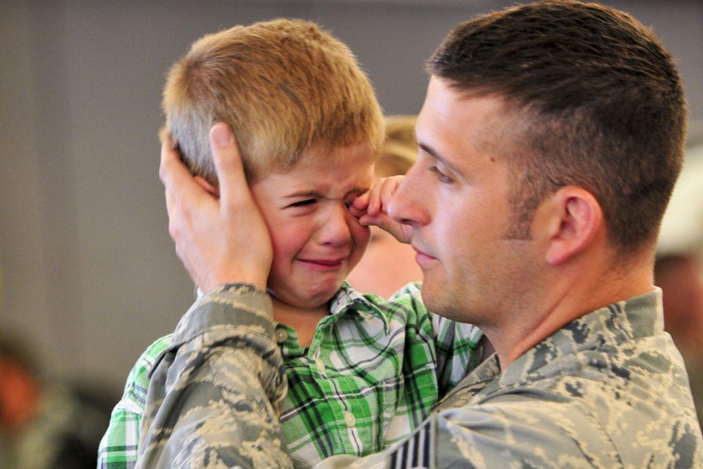 Сын прощается с отцом военным