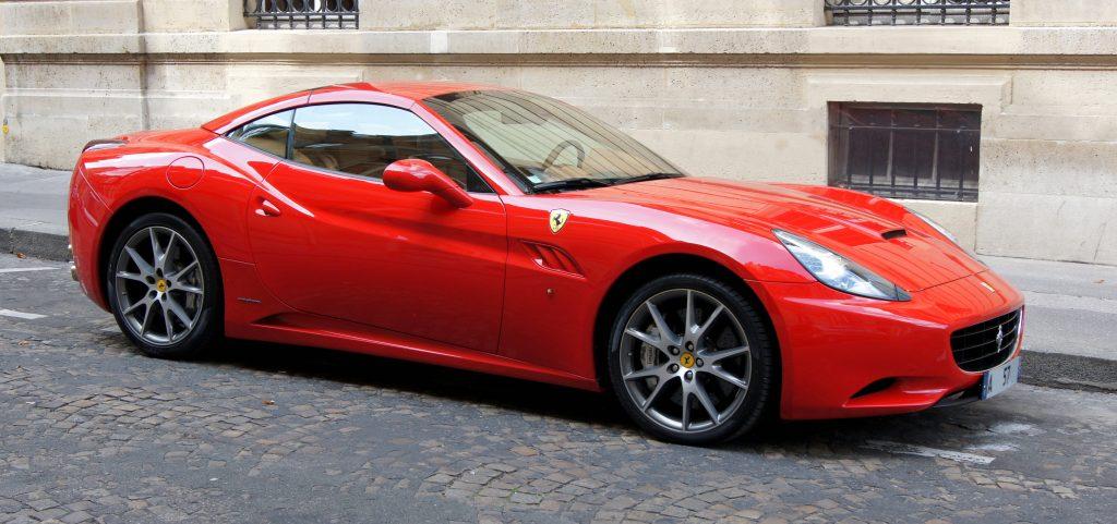 Фото красной Феррари - Ferrari California