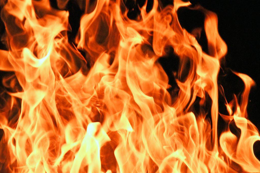 Горящий огонь, пламя от костра, языки огня