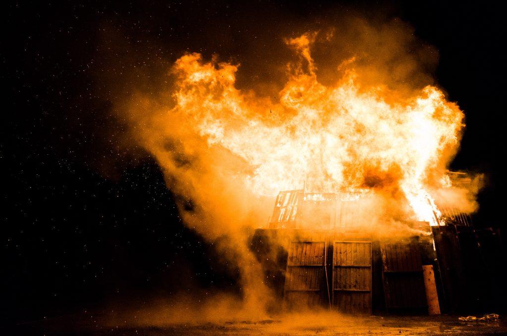 Пожар - горящий дом сарай ночью