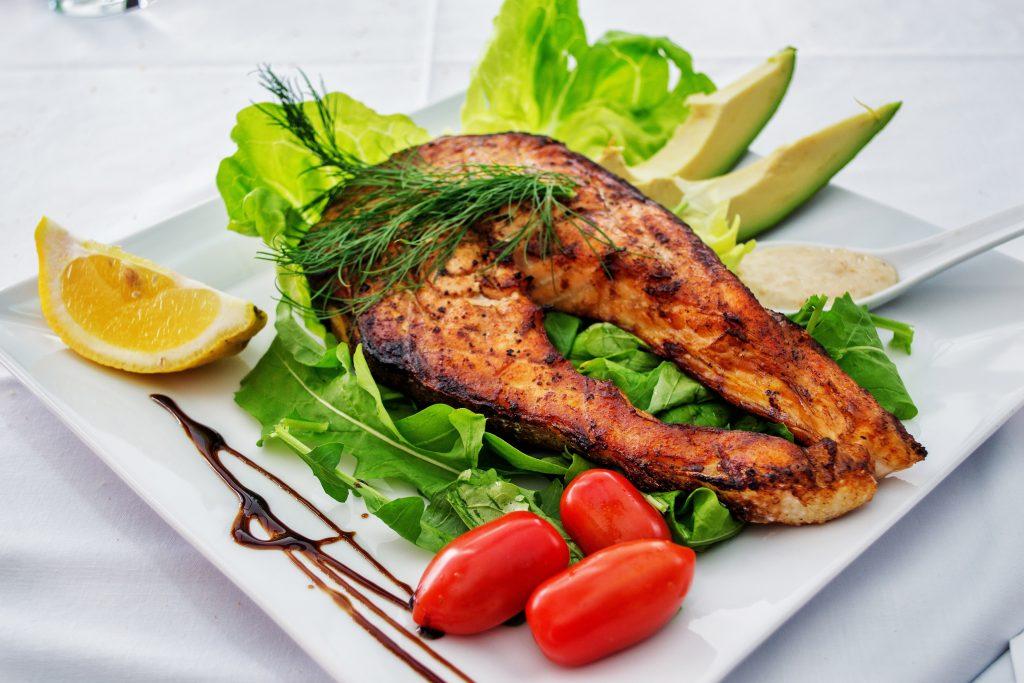 Жаренная гриль красная рыба лосось, рыбный стейк с салатом