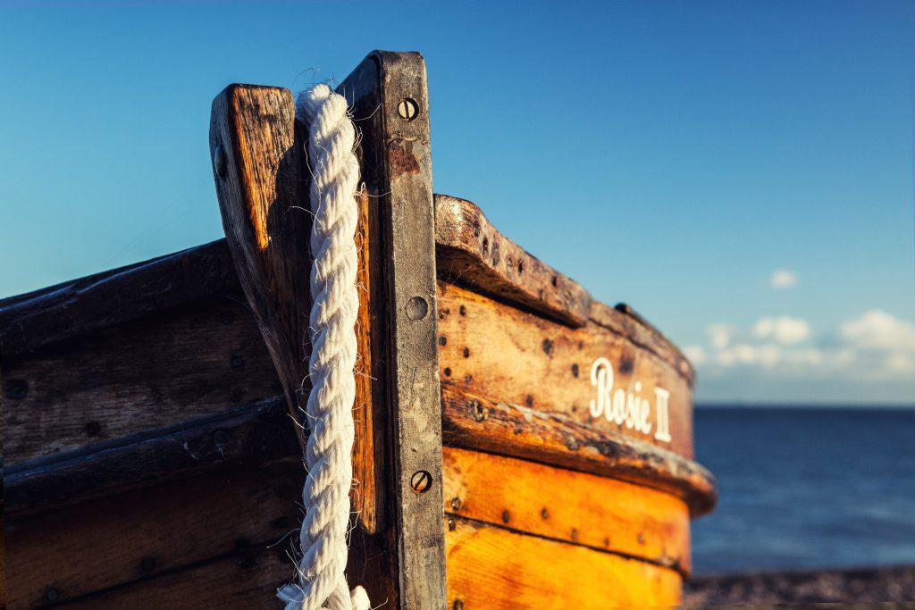 Нос рыбацкой лодки фото