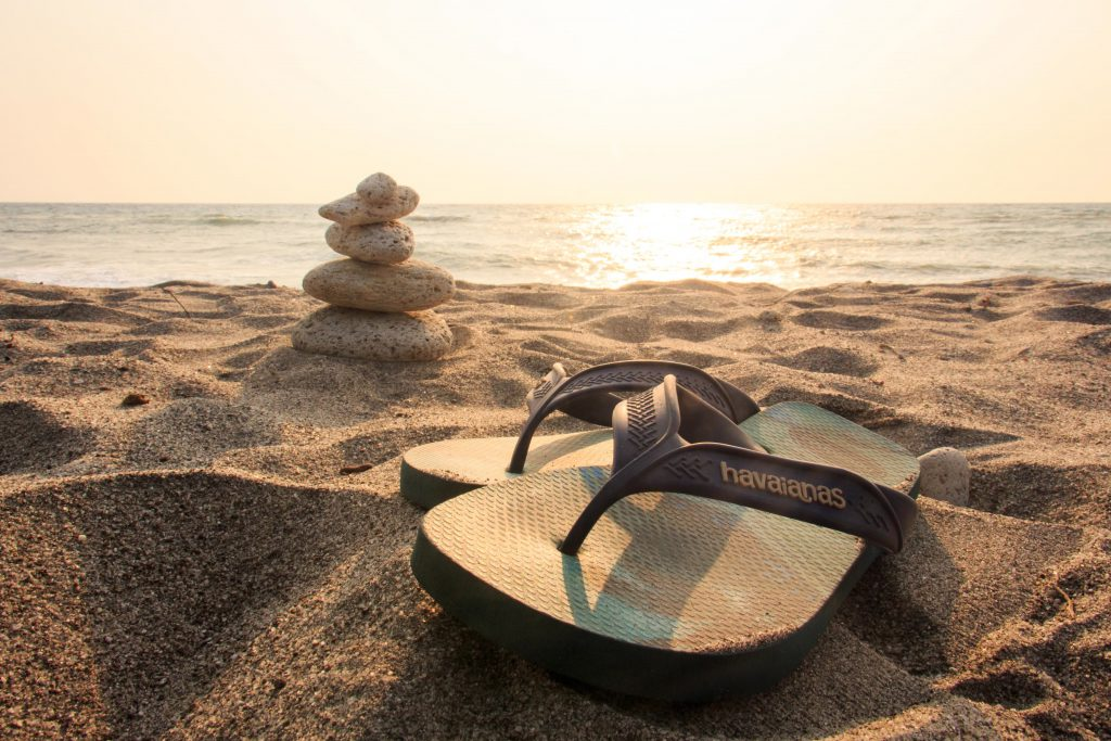 Шлепки вьетнамки на пляже фото