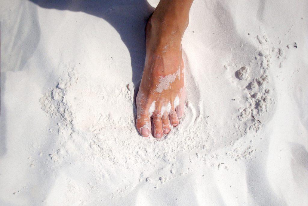 Отпечаток ноги на песке на пляже фото