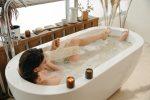 Девушка в ванной в воде, принимает ванную, моется