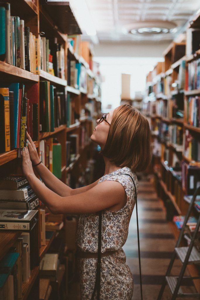 Девушка в библиотеке фото