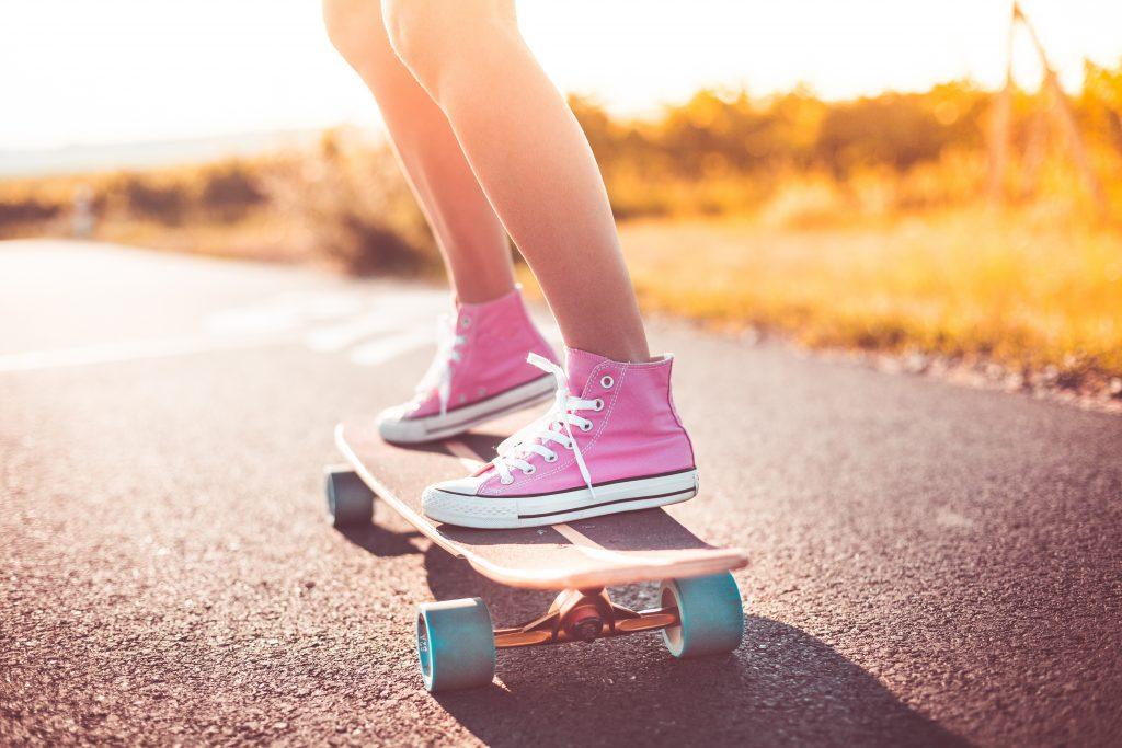 Девушка катается на скейте фото