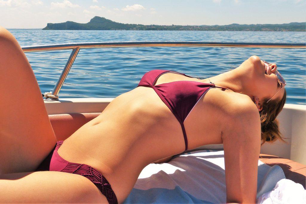 Красивая девушка на яхте фото