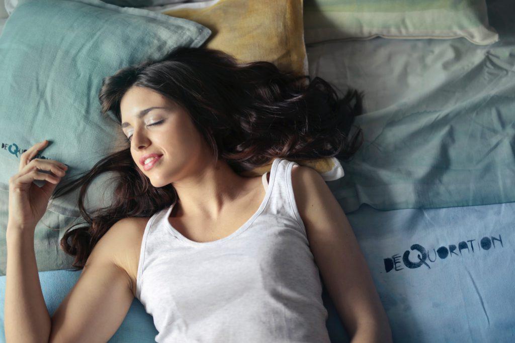 Стоковое фото девушка спит в постели