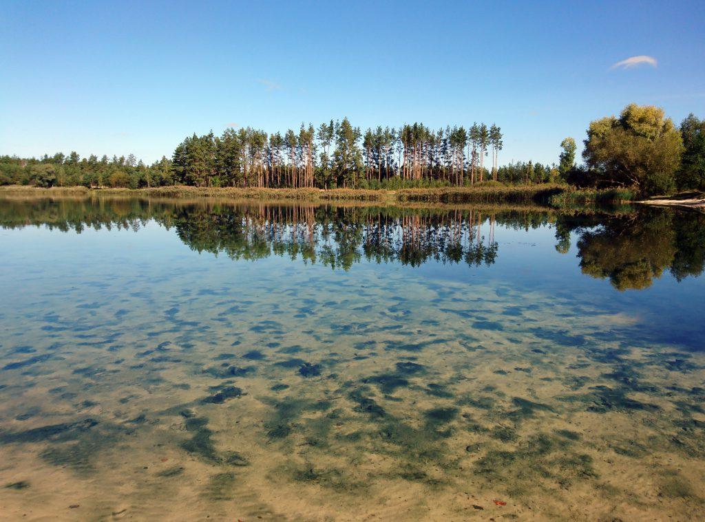 Фото голубого озера с прозрачной водой