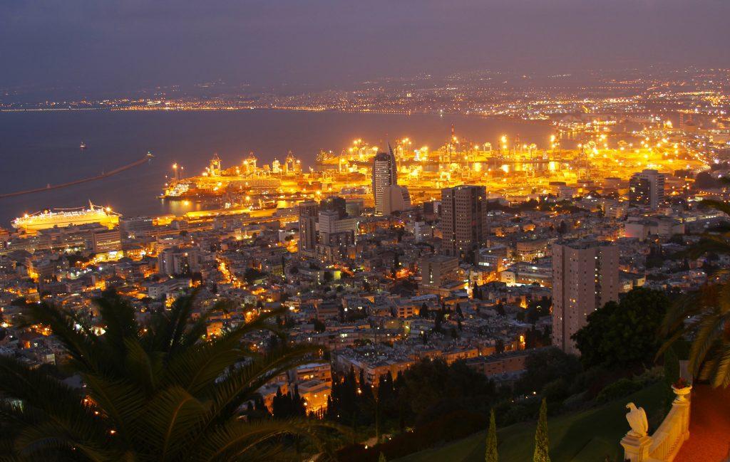 Хайфа ночью - городской порт фото