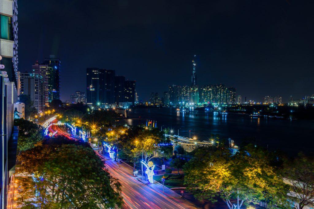 Фото набережной реки Сайгон в Хошимине