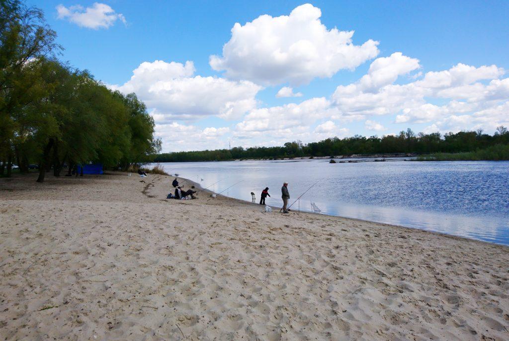 Песчаный пляж Хотяновка на Десне, река Десна Киевская область