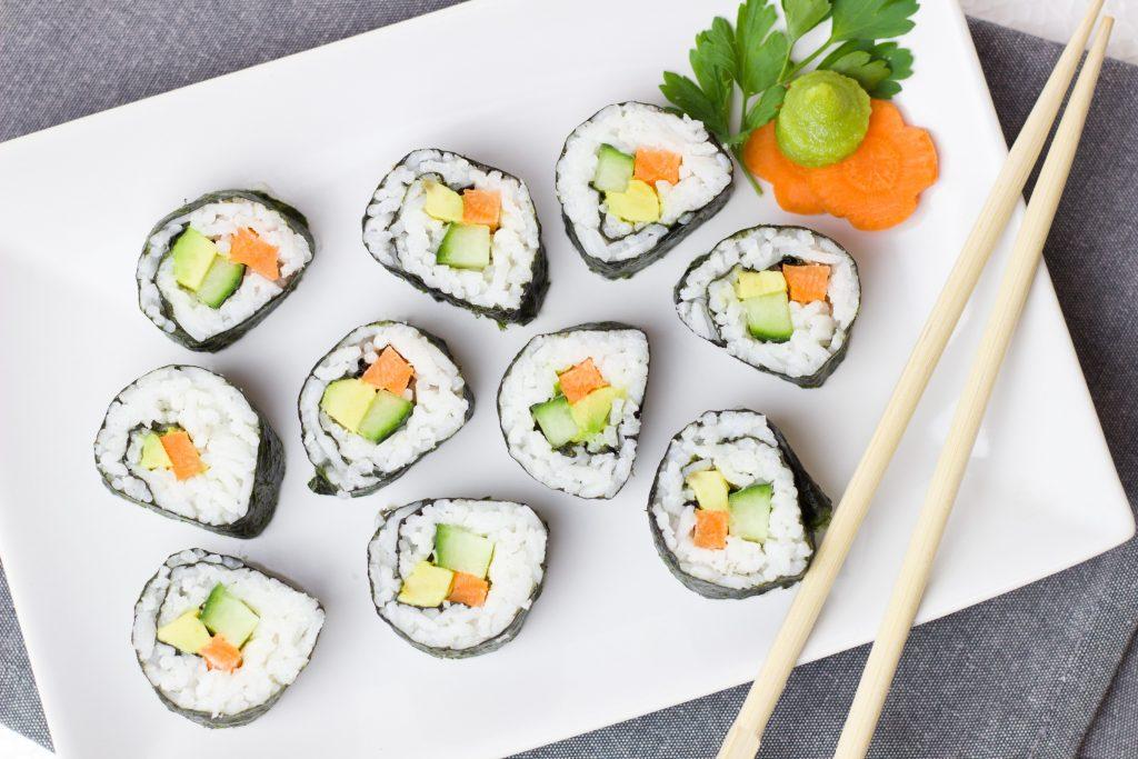 Роллы Калифорния маки, суши ролл, японская еда