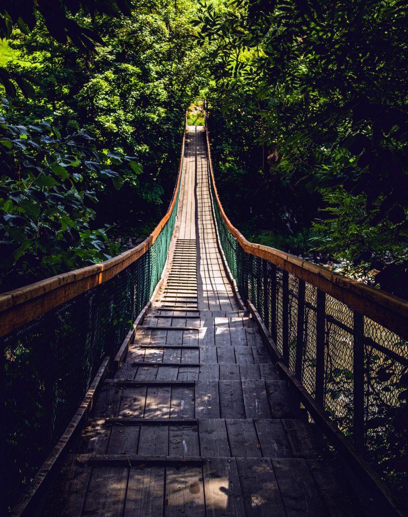 Подвесной старый деревянный мост в Карпатах