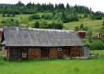 Старый сарай с дровами в поселке Славское