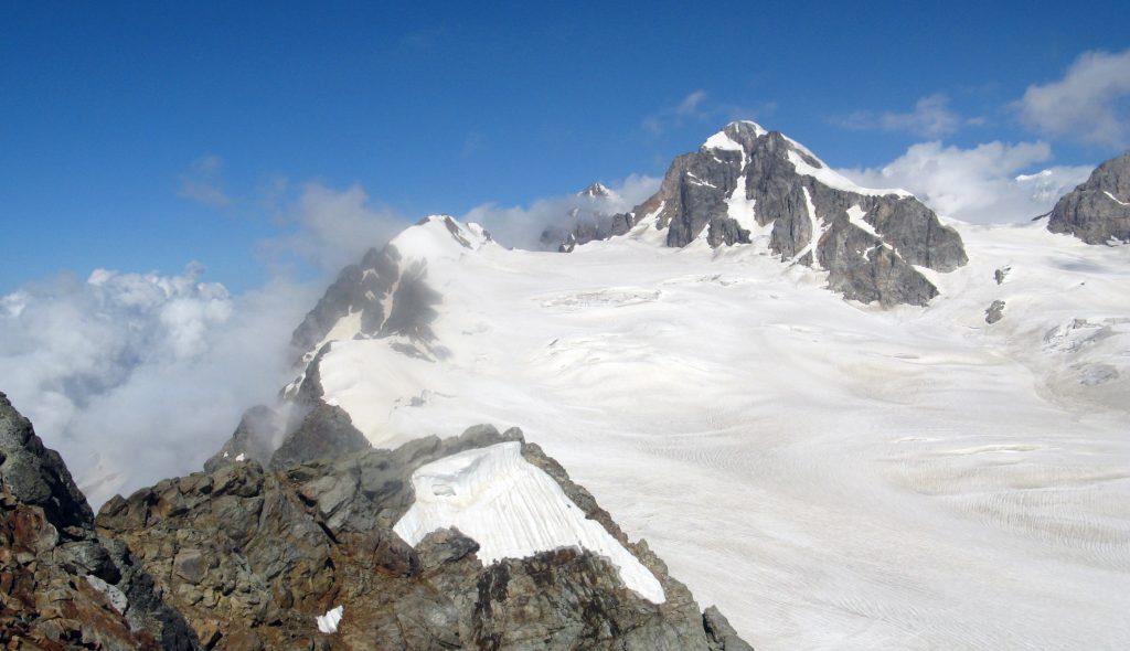 Ледник в горах в Грузии на Кавказе, фото Кавказских гор летом
