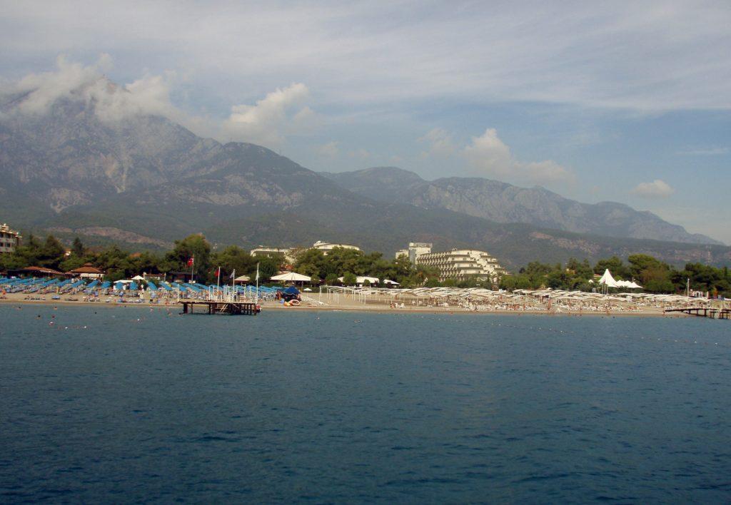 Отели, пляж и береговая линия турецкого курорта Кемер