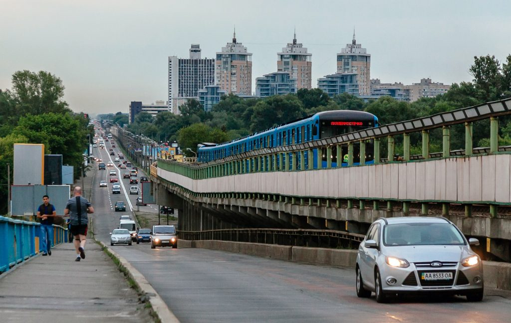 Левобережка и мост Метро в Киеве