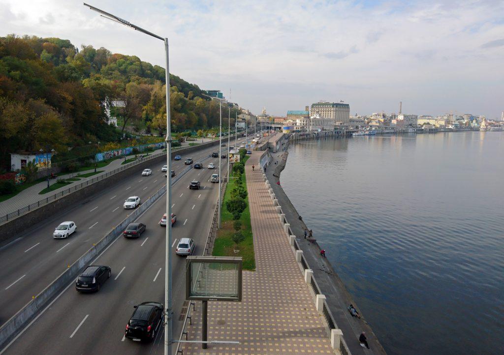 Набережное шоссе - поток машин на дороге