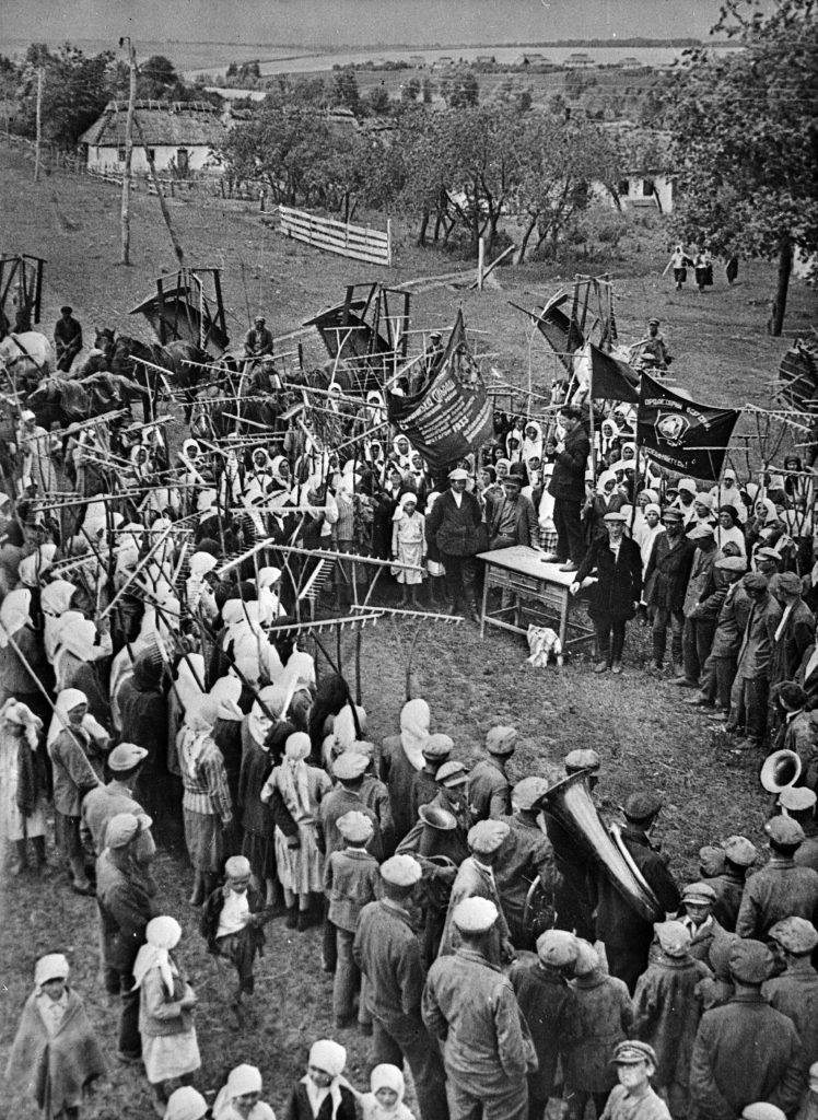 Колхоз в СССР - собрание людей ретро фото