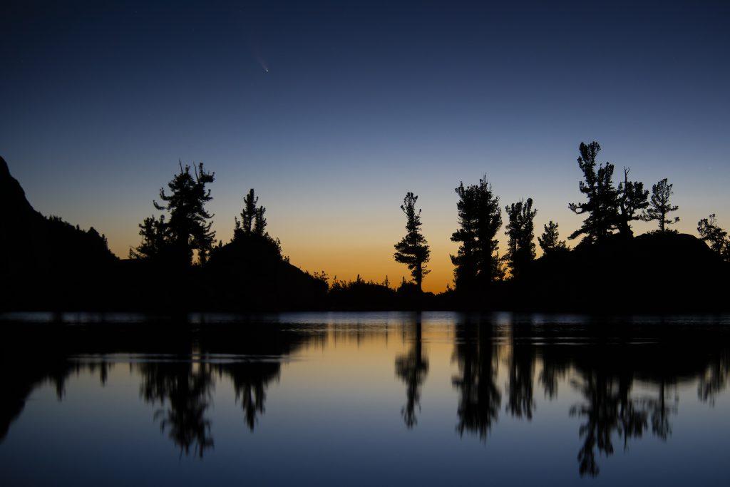 Падающая звезда, комета в небе над Калифорнией