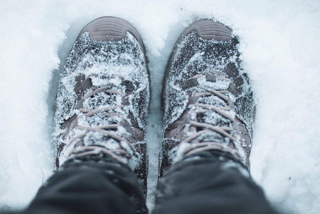 Обувь кроссовки в снегу в снегопад