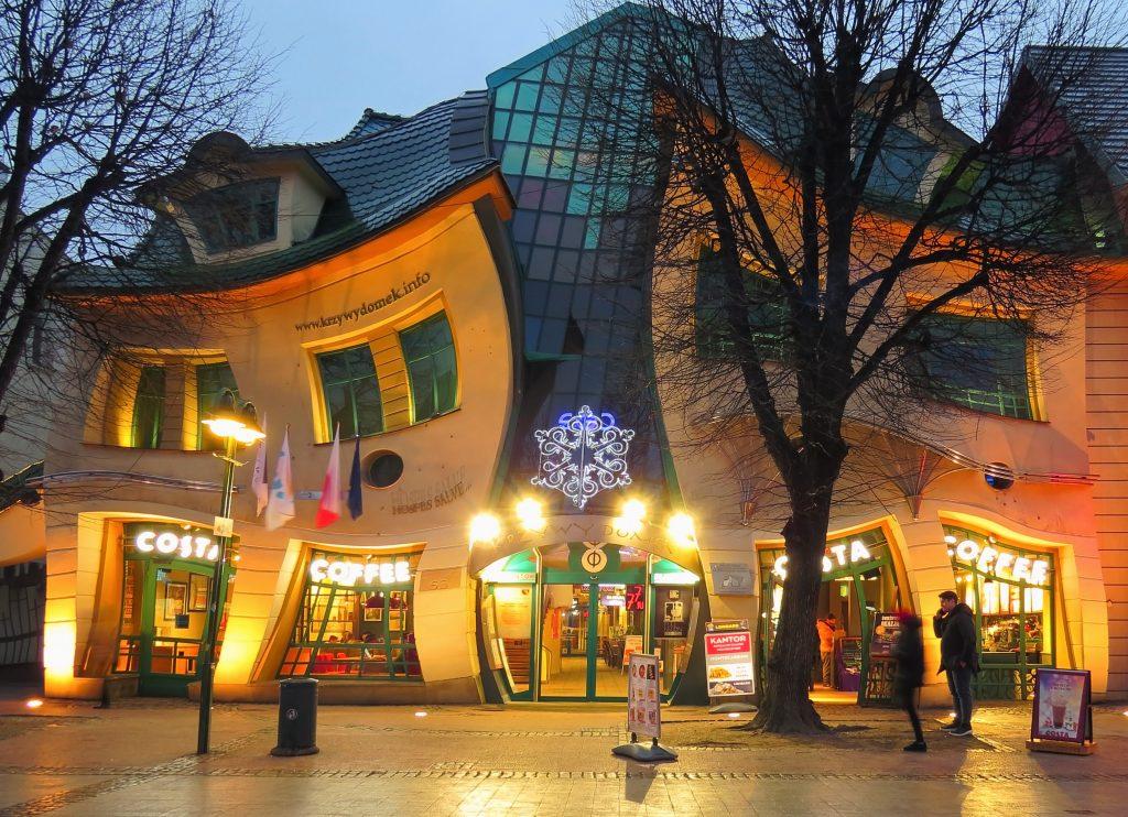 Необычный кривой дом в городе Сопот, Гданьск, Польша