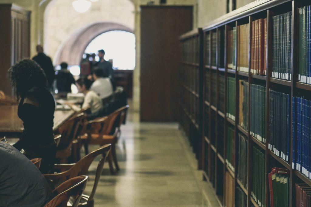 Читальный зал библиотеки фото