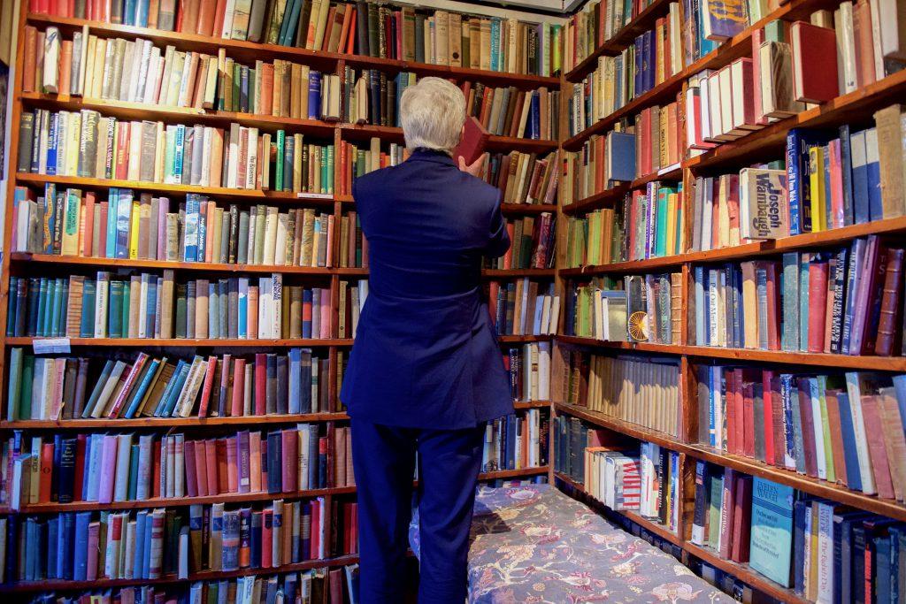 Книжные полки внутри книжного магазина