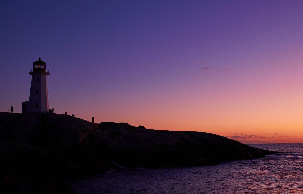 морской маяк на закате стоковое фото