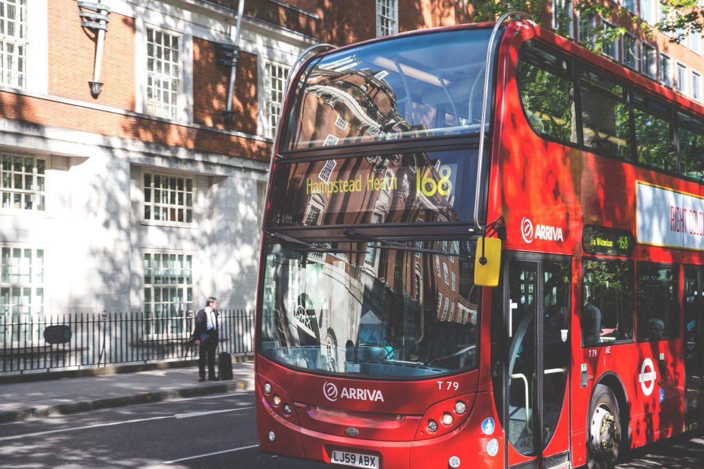 Двухэтажный красный автобус Лондона фото