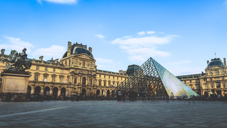Фото стеклянной пирамиды Лувра