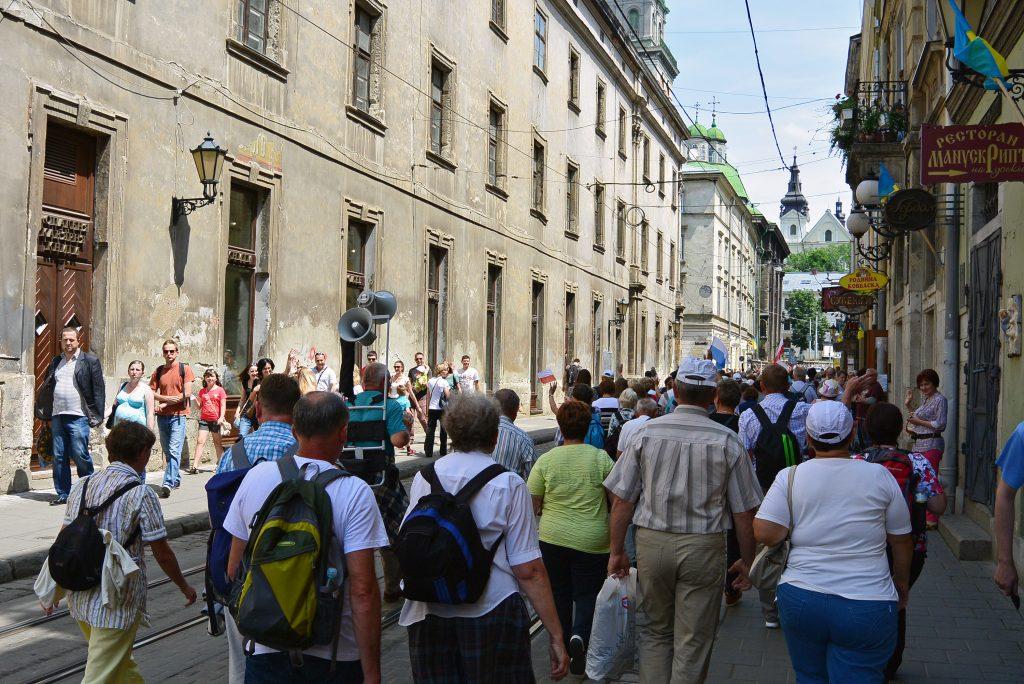 Люди туристы гуляют на улице в центре Львова