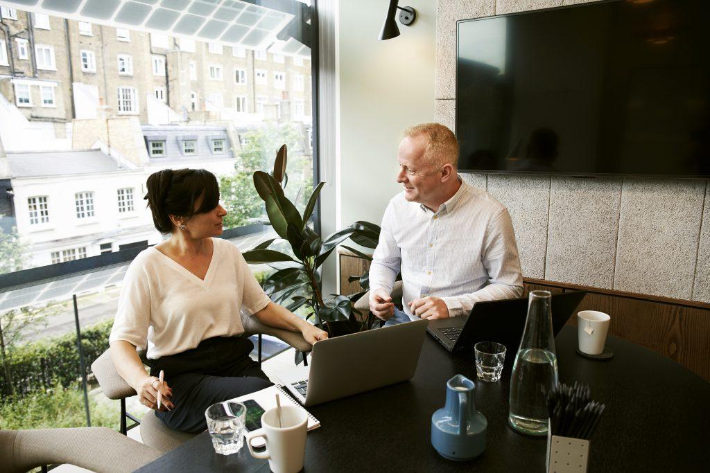 Мужчина и женщина на переговорах в офисе фото