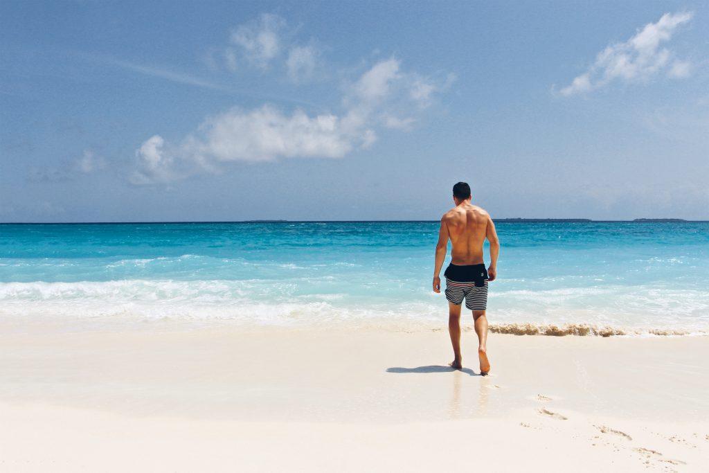 Мужчина парень на пляже фото