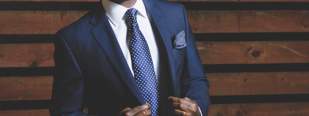 Стоковое фото мужского делового костюма синего цвета и галстука