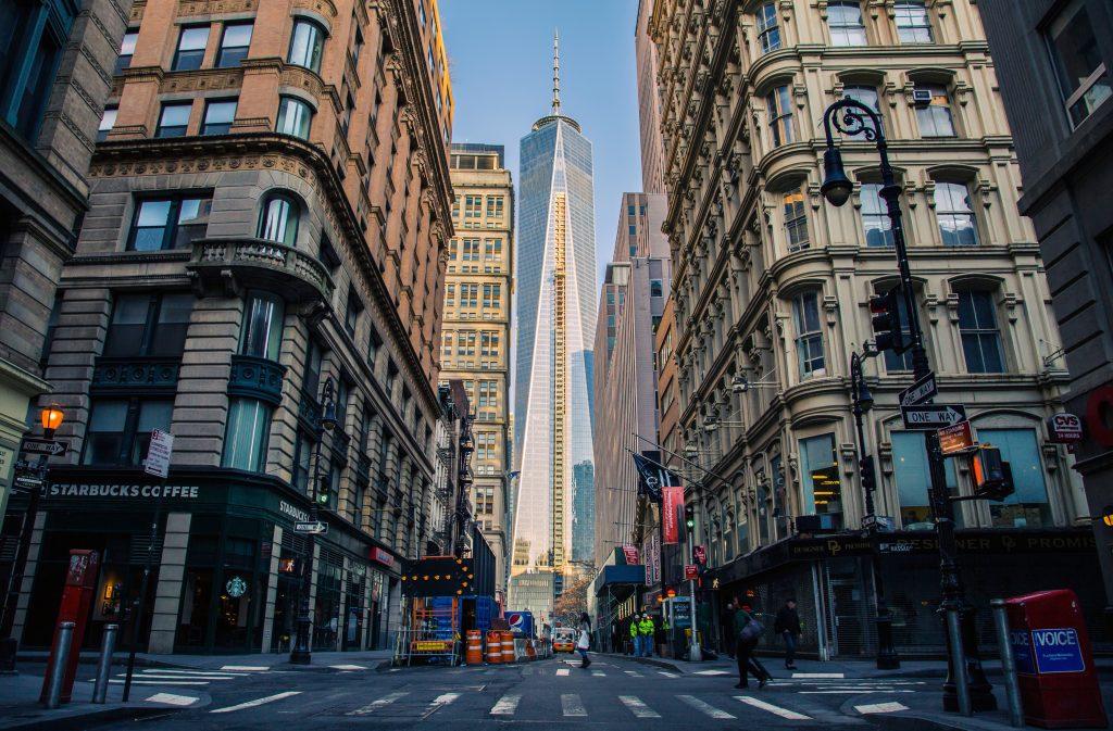Небоскребы и улица на Манхэттене, Нью-Йорк