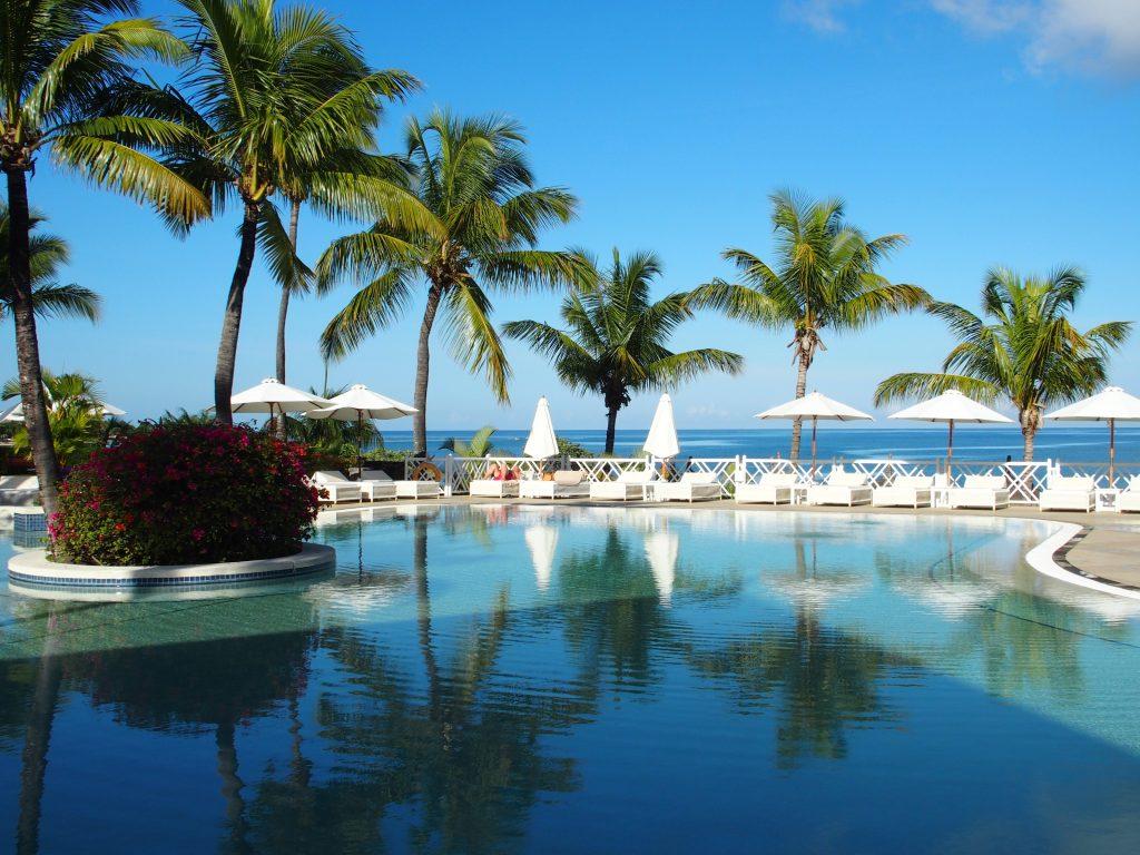 Отель на Маврикии: бассейн, лежаки, пальмы