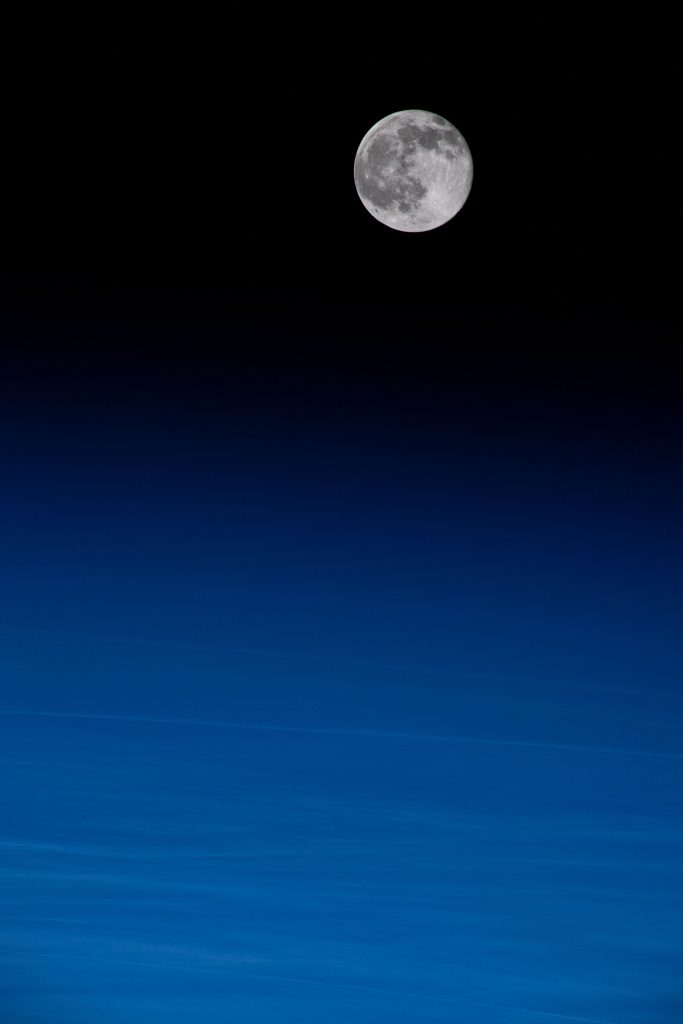 Убывающая луна, вид с космоса с космической станции