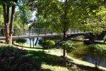 Фото подвесного кованного мостика через озеро