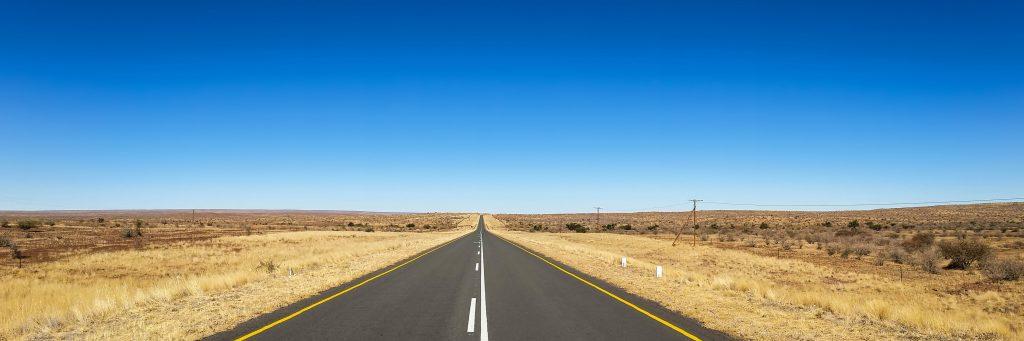 Дорога через пустыню Калахари в Намибии