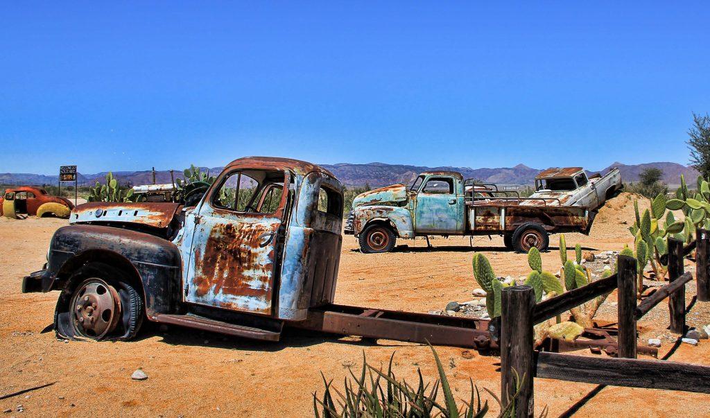 Брошенные старые машины в пустыне