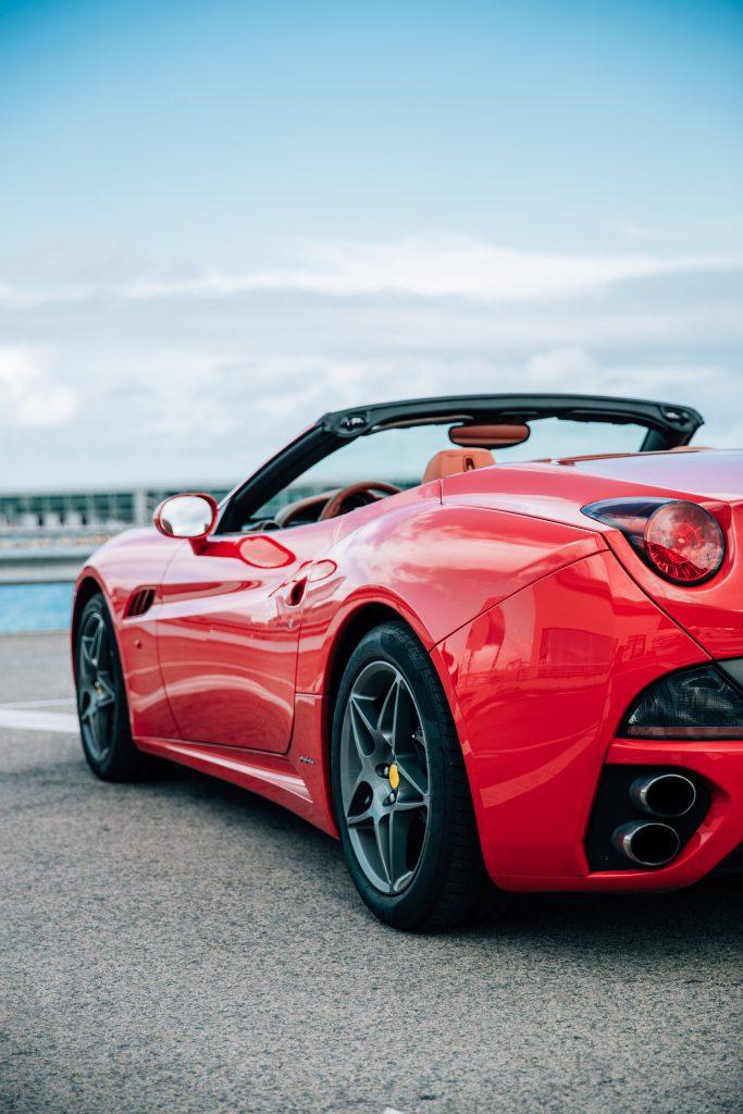 Красная спортивная гоночная машина фото