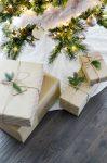 Новогодние подарки под елкой фото