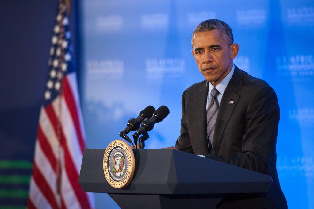 Барак Обама выступает за трибуной