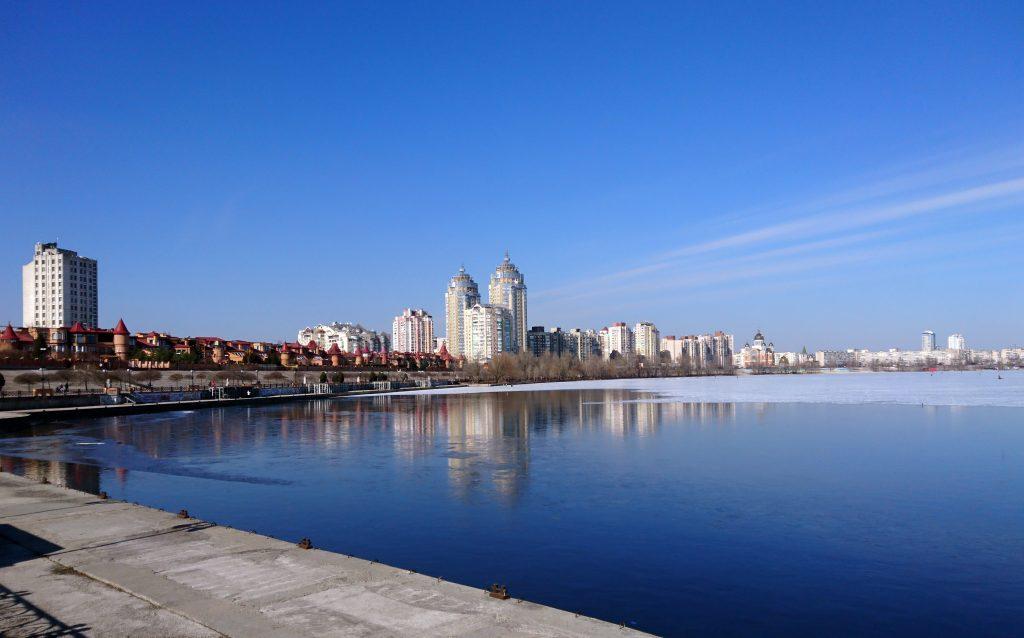 Оболонская набережная залива Днепра, район Оболонь зимой, Киев