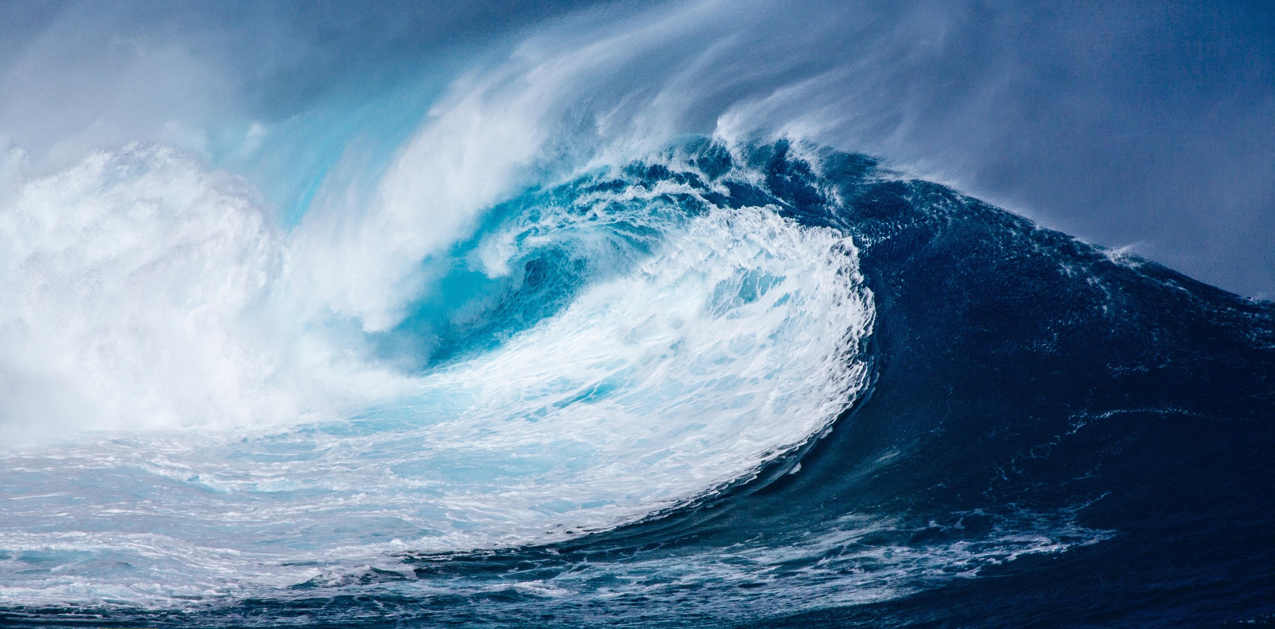 Фото гигантской океанской морской волны цунами в Таиланде