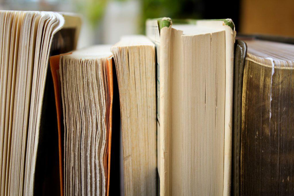 Полка с старыми книгами фото