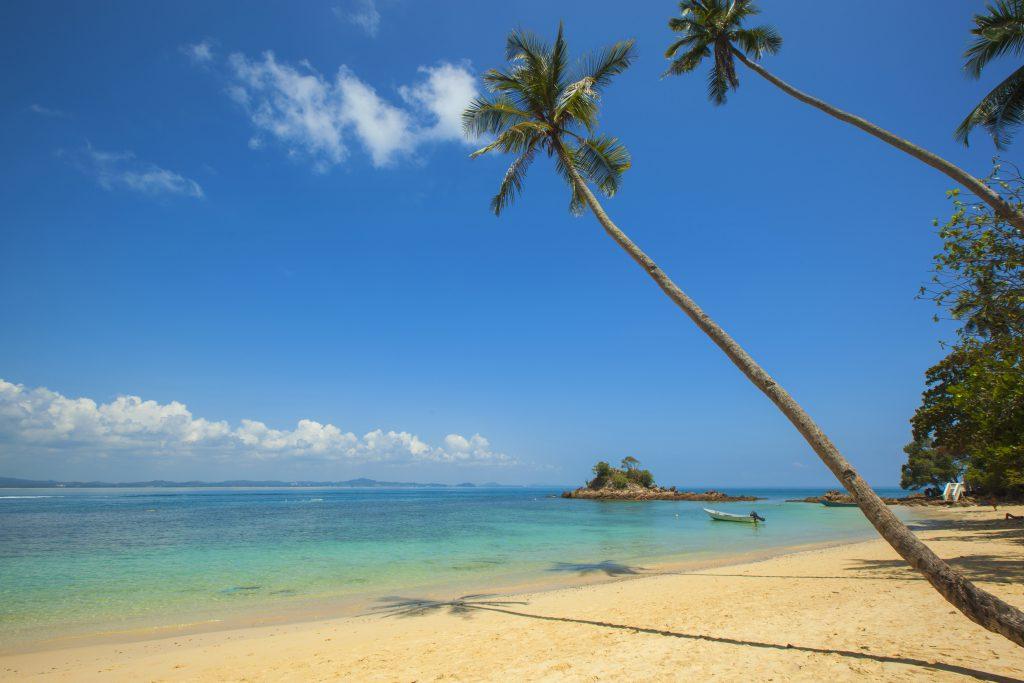 Тропический пляж на островах в океане